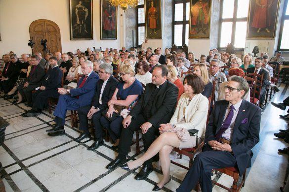 Debata w Ratuszu Głównego Miasta w Gdańsku z udziałem prof. J. Buzka, P. Huelle, bp prof. M. Hintza, prof. S. Kościelaka i Z. Nosowskiego